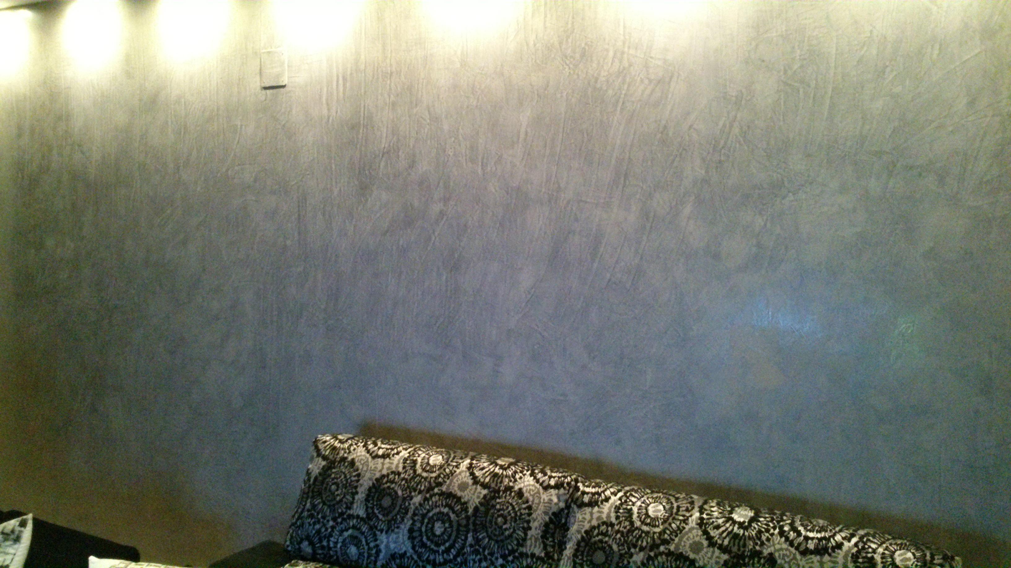 Decoración mural en un salon con estuco veneciano