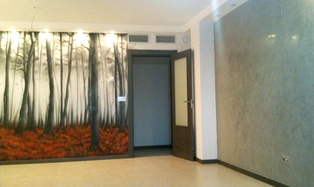 Decoración mural con aerografia en un salón más estuco veneciano